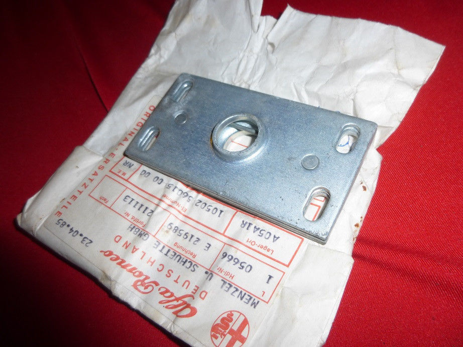 watch efa9a edfc8 Original Alfa Romeo Spider 105 lock mounting for hood 10502560150000 NEW